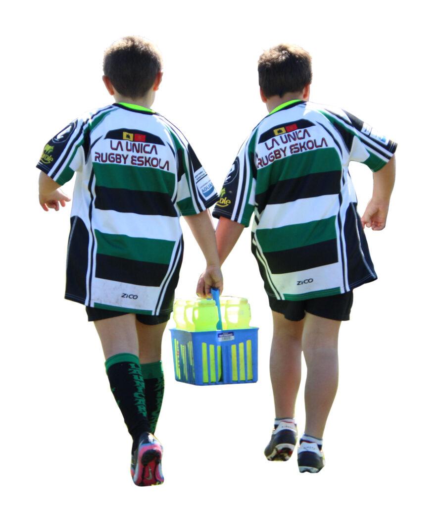 Niños llevando agua
